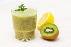 Cóctel delicioso de la fruta de kiwi del limón Foto de archivo