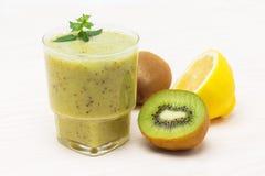 Cóctel delicioso de la fruta de kiwi del limón Foto de archivo libre de regalías