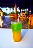 Cóctel delicioso hermoso en una tabla cerca de la piscina en el centro turístico fotografía de archivo