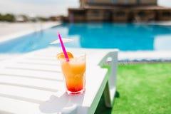 Cóctel en la fiesta en la piscina Concepto del verano Foto de archivo