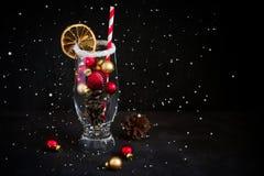 Cóctel festivo de las decoraciones del árbol de navidad y de los conos de abeto Fotografía de archivo libre de regalías