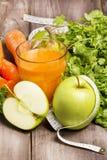 Cóctel fresco del detox: jugo de la zanahoria, de la manzana y de la pera con las hierbas Imágenes de archivo libres de regalías