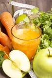 Cóctel fresco del detox: jugo de la zanahoria, de la manzana y de la pera con las hierbas Imagen de archivo libre de regalías
