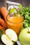 Cóctel fresco del detox: jugo de la zanahoria, de la manzana y de la pera con las hierbas Foto de archivo libre de regalías