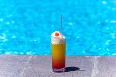 Cóctel fresco delicioso cerca de la piscina, primer imagenes de archivo