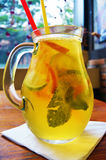 Cóctel hecho en casa de la limonada limón de la naranja de la menta de la cal Imagen de archivo