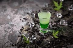 Cóctel mexicano verde alcohólico en pistolas del vaso de medida Bebida fresca de la vodka fuerte, del whisky y de los licores dul foto de archivo
