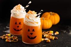 Cóctel o bebida frío de Halloween con la cara de la linterna del ` del enchufe o Fotos de archivo libres de regalías