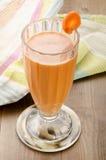 Cóctel orgánico sano de la zanahoria y del nabo Foto de archivo