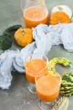 Cóctel picante de la calabaza de otoño adornado con las semillas de calabaza Fotografía de archivo libre de regalías