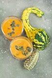 Cóctel picante de la calabaza de otoño adornado con las semillas de calabaza Fotografía de archivo