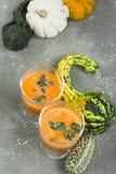 Cóctel picante de la calabaza de otoño adornado con las semillas de calabaza Foto de archivo libre de regalías