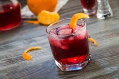 Cóctel rojo adornado con la naranja Fotografía de archivo
