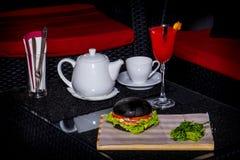 Cóctel rojo con la caldera y la hamburguesa Imágenes de archivo libres de regalías