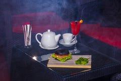 Cóctel rojo con la caldera y la hamburguesa Fotografía de archivo libre de regalías