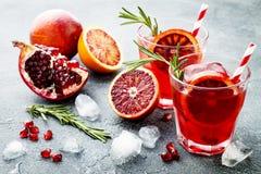 Cóctel rojo con la naranja y la granada de sangre Bebida de restauración del verano Aperitivo del día de fiesta para la fiesta de Imagen de archivo