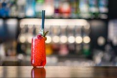 Cóctel rojo del alcohol en el contador de la barra foto de archivo