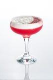 Cóctel rosado adornado con la melcocha aislada Imagen de archivo