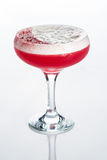 Cóctel rosado adornado con la melcocha aislada Fotos de archivo libres de regalías