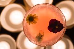 Cóctel rosado adornado con las flores desde arriba Foto de archivo