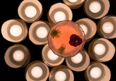 Cóctel rosado adornado con las flores desde arriba con las velas Fotos de archivo