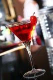 Cóctel rosado de martini en una barra Imagen de archivo