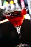 Cóctel rosado de martini en una barra Foto de archivo