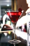Cóctel rosado de martini en una barra Fotografía de archivo libre de regalías