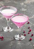 Cóctel rosado, leche, con el azúcar al borde de la taza Imagenes de archivo