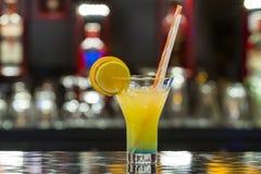 Cóctel sin alcohol en barra del restaurante imagenes de archivo