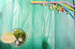 Cóctel sin alcohol en fondo verde imagen de archivo libre de regalías