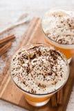 Cóctel sin azúcar de la calabaza con crema azotada Imagen de archivo libre de regalías