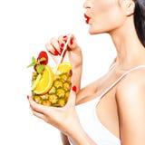 Cóctel tropical de la bebida de la mujer en piña con el primer de la paja Imagen de archivo libre de regalías
