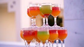 Cóctel, un diseño de las bebidas coloridas, cócteles en los vidrios de cristal, alcohólico y sin alcohol originales almacen de video