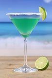 Cóctel verde de Martini en la playa Imagen de archivo libre de regalías