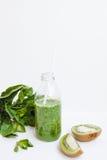 Cóctel verde en una botella y en un vidrio con la espinaca, menta, ro Imágenes de archivo libres de regalías