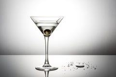 Cóctel verde oliva de martini Foto de archivo libre de regalías