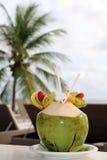 Cóctel y palmera del coco en fondo Fotografía de archivo