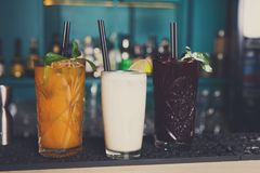 Cócteles alcohólicos exóticos creativos en barra Imagen de archivo libre de regalías
