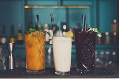 Cócteles alcohólicos exóticos creativos en barra Fotos de archivo libres de regalías