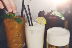 Cócteles alcohólicos exóticos creativos en barra Fotografía de archivo libre de regalías