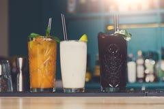 Cócteles alcohólicos exóticos creativos en barra Foto de archivo libre de regalías
