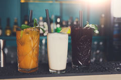 Cócteles alcohólicos exóticos creativos en barra Fotografía de archivo