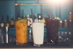 Cócteles alcohólicos exóticos creativos en barra Foto de archivo