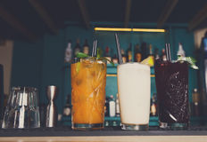 Cócteles alcohólicos exóticos creativos en barra Imágenes de archivo libres de regalías