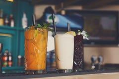 Cócteles alcohólicos exóticos creativos en barra Imagenes de archivo