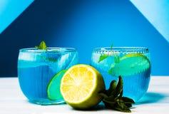 Cócteles azules adornados con el limón Foto de archivo libre de regalías