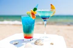 Cócteles azules por la playa Imagen de archivo libre de regalías