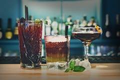 Cócteles creativos del alcohol en barra del club de noche Imagenes de archivo