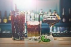 Cócteles creativos del alcohol en barra del club de noche Foto de archivo libre de regalías